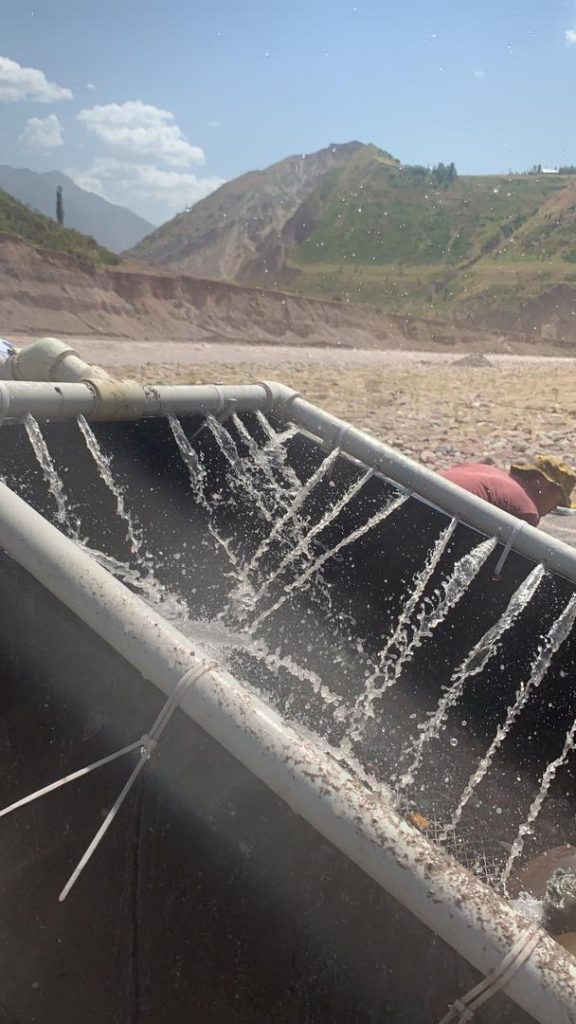 Промывка на коврах в Татжикистане